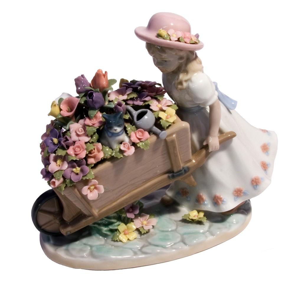 Фигурка «Девочка с цветами»